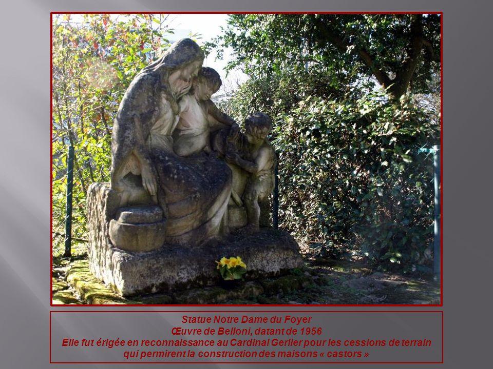 Statue Notre Dame du Foyer Œuvre de Belloni, datant de 1956 Elle fut érigée en reconnaissance au Cardinal Gerlier pour les cessions de terrain qui per