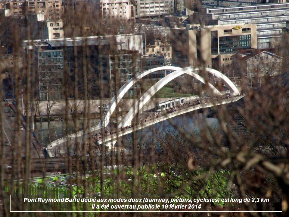Pont Raymond Barre dédié aux modes doux (tramway, piétons, cyclistes) est long de 2,3 km Il a été ouvert au public le 19 février 2014