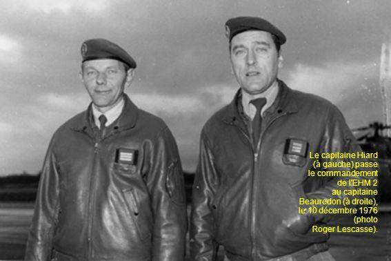 Le capitaine Hiard (à gauche) passe le commandement de l'EHM 2 au capitaine Beauredon (à droite), le 10 décembre 1976 (photo Roger Lescasse).