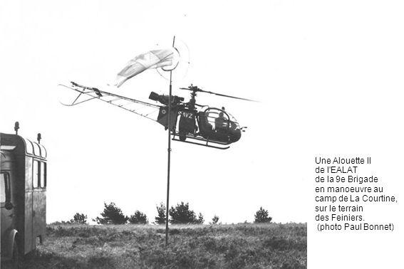 Une Alouette II de l'EALAT de la 9e Brigade en manoeuvre au camp de La Courtine, sur le terrain des Feiniers. (photo Paul Bonnet)