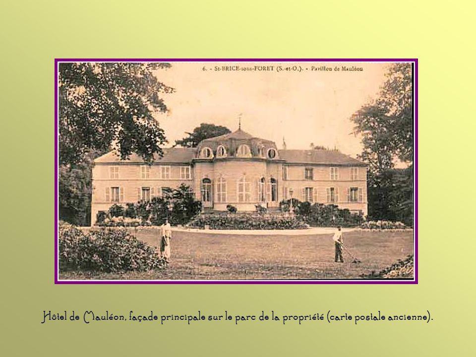 LHôtel de Mauléon fut construit pour Georges Gary, en 1641, secrétaire du roi. A sa mort, il revint à sa fille, Catherine. Bossuet fréquenta beaucoup