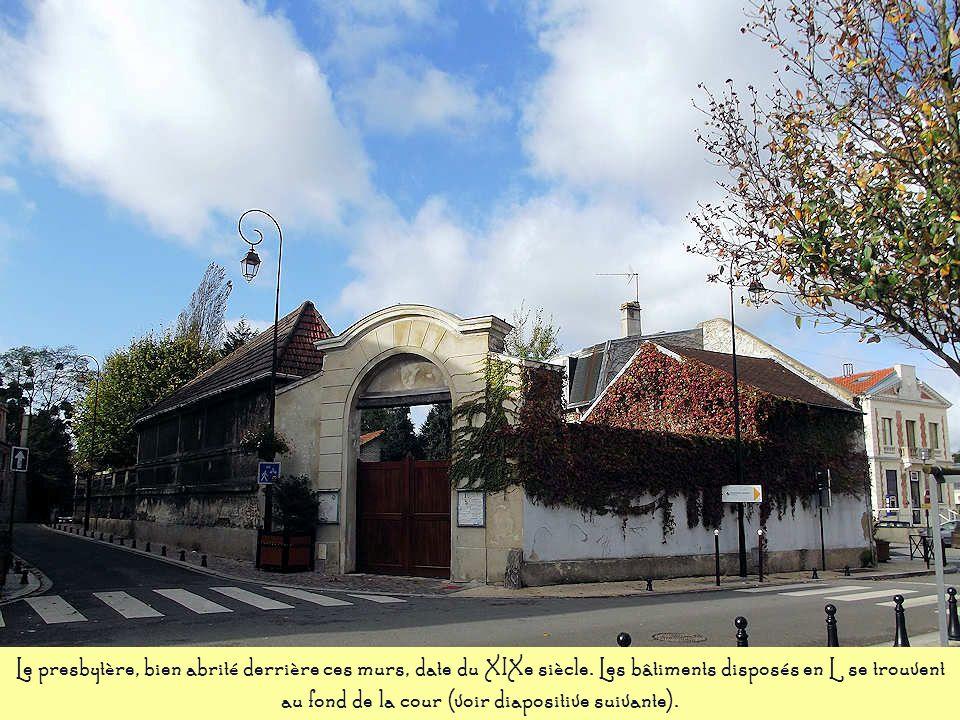 A lorigine, cet immeuble abritait une épicerie datant du début du XXe siècle. Comme les échoppes de cette époque, elle comprenait une pièce principale