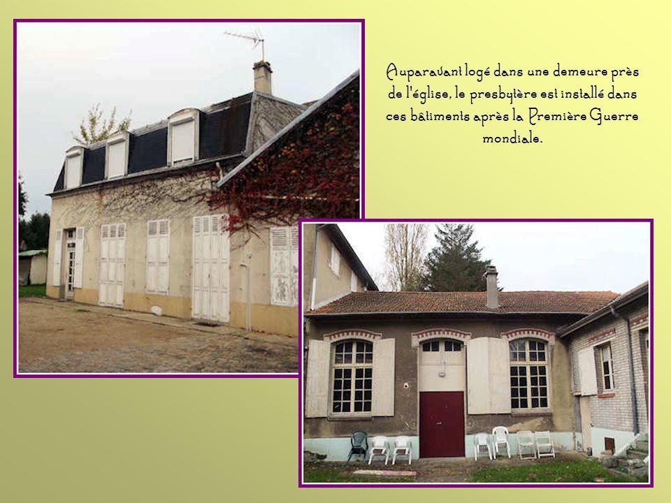 Le presbytère, bien abrité derrière ces murs, date du XIXe siècle. Les bâtiments disposés en L se trouvent au fond de la cour (voir diapositive suivan