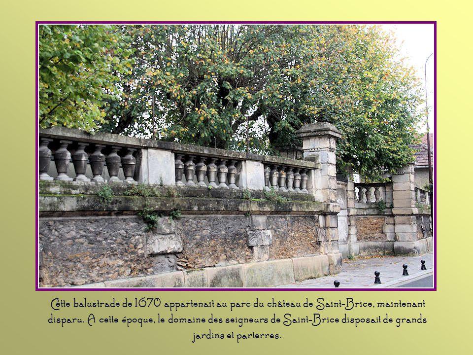 Cette fontaine, datant de 1686, existe depuis que le seigneur de Saint-Brice eut l'obligation de canaliser cette eau, qui traversait à l'époque les te