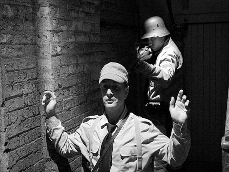 La nuit des longs couteaux Je suis désolé, mais mon bon ami, Ernst Rohm qui est en charge de l`armée S.A., devient trop puissant. Vous, ma guarde spéc