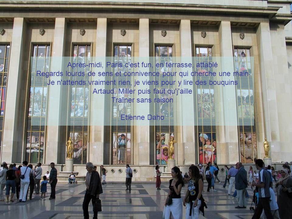 Le soleil qui se lève Et caresse les toits Et c est Paris le jour La Seine qui se promène Et me guide du doigt Et c est Paris toujours Et mon cœur qui s arrête Sur ton cœur qui sourit Et c est Paris bonjour Et ta main dans ma main Qui me dit déjà oui Et c est Paris l amour Jacques Brel