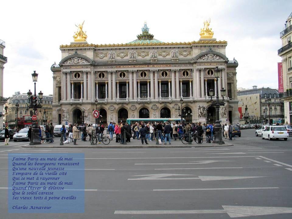 J aime Paris au mois de mai Quand les bourgeons renaissent Qu une nouvelle jeunesse S empare de la vieille cité Qui se met à rayonner J aime Paris au mois de mai Quand l hiver le délaisse Que le soleil caresse Ses vieux toits à peine éveillés Charles Aznavour