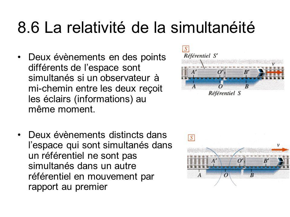 8.6 La relativité de la simultanéité Deux évènements en des points différents de lespace sont simultanés si un observateur à mi-chemin entre les deux reçoit les éclairs (informations) au même moment.