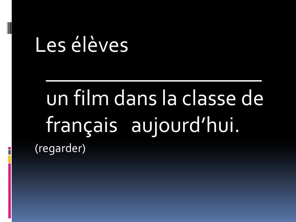 Les élèves ____________________ un film dans la classe de français aujourdhui. (regarder)