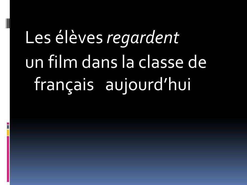 Les élèves regardent un film dans la classe de français aujourdhui