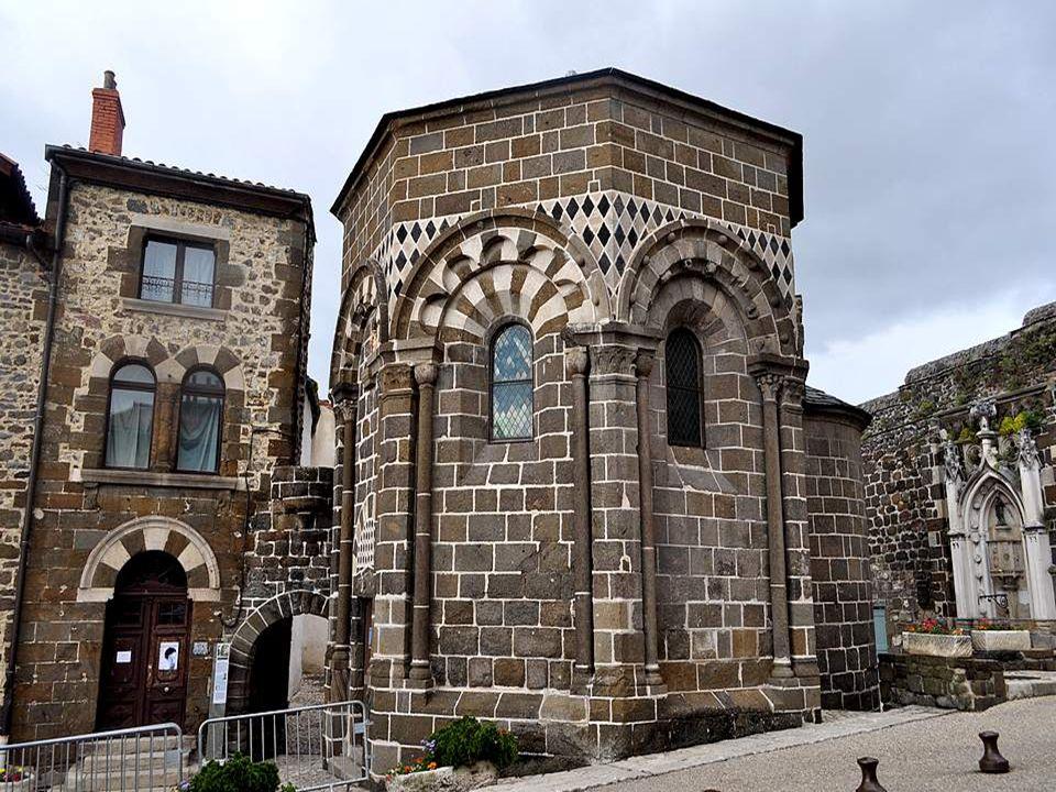 La chapelle Saint Clair est située en fait sur le territoire de la commune de lAiguilhe, au pied du piton supportant le monastère de Saint Michel-dAiguilhe.