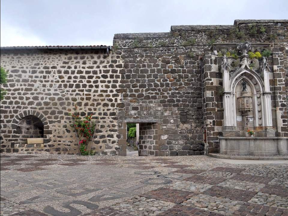 Au sol, dans la cour devant la chapelle, un pavage reproduit un carré magique : Il se constitue de cinq mots de cinq lettres qui se lisent dans tous l