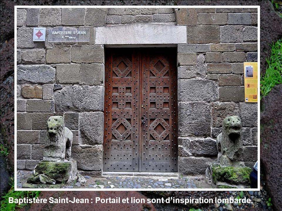 Devant la chapelle Saint Clair se dresse cette magnifique croix sculptée en pierre, dans le style des croix du XIV° siè- cle, que lon voit encore en Velay.