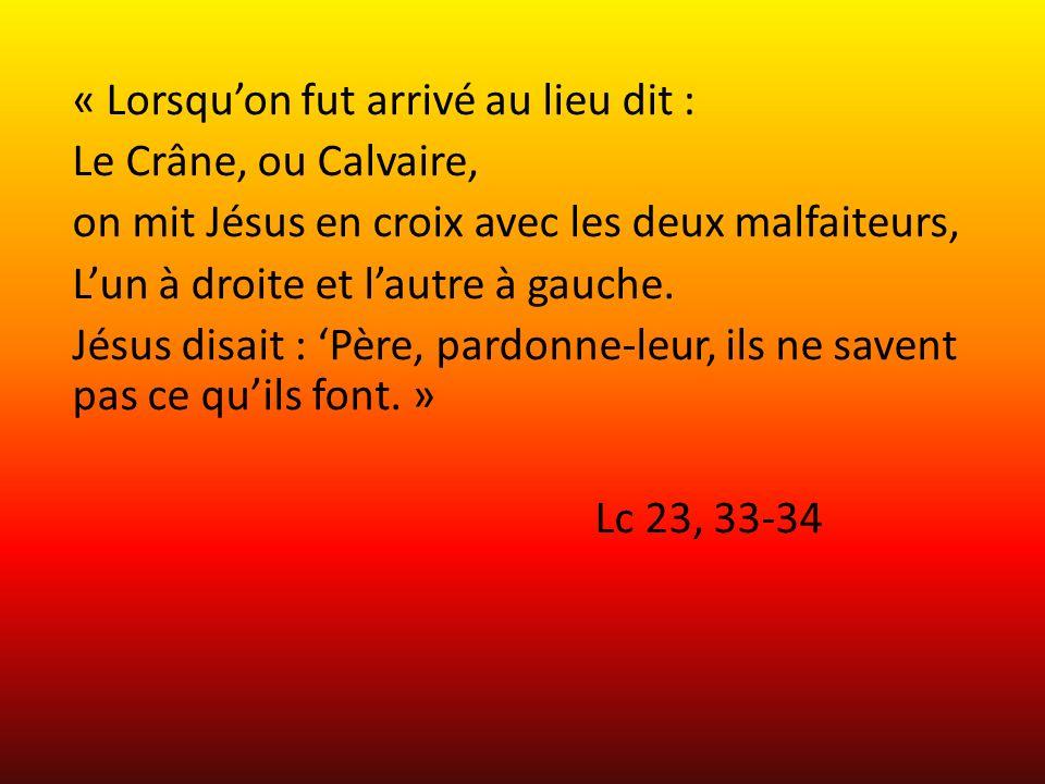 « Lorsquon fut arrivé au lieu dit : Le Crâne, ou Calvaire, on mit Jésus en croix avec les deux malfaiteurs, Lun à droite et lautre à gauche. Jésus dis