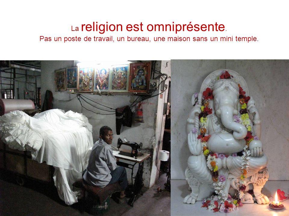 La religion est omniprésente. Pas un poste de travail, un bureau, une maison sans un mini temple.