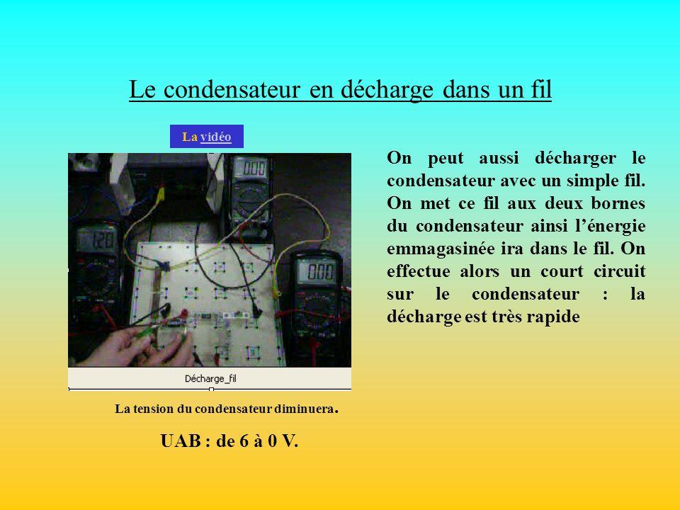 Le condensateur en décharge dans un fil On peut aussi décharger le condensateur avec un simple fil. On met ce fil aux deux bornes du condensateur ains