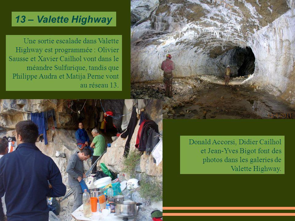 12-8-2011 Donald Accorsi, Didier Cailhol et Jean-Yves Bigot font des photos dans les galeries de Valette Highway.
