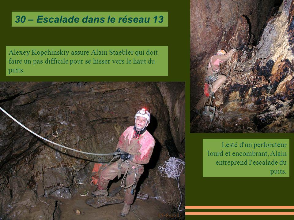Alexey Kopchinskiy assure Alain Staebler qui doit faire un pas difficile pour se hisser vers le haut du puits.