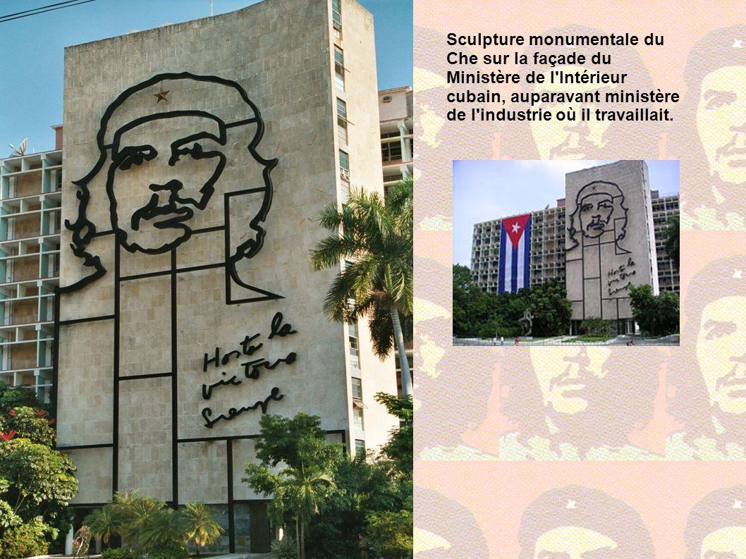 Sculpture monumentale du Che sur la façade du Ministère de l'Intérieur cubain, auparavant ministère de l'industrie où il travaillait.