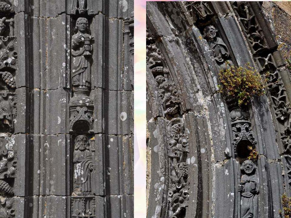 La double porte méridionale présente une richesse décorative remarquable. Le bénitier du portail méridional, oeuvre de A. Men, date de 1520- 1530 (le