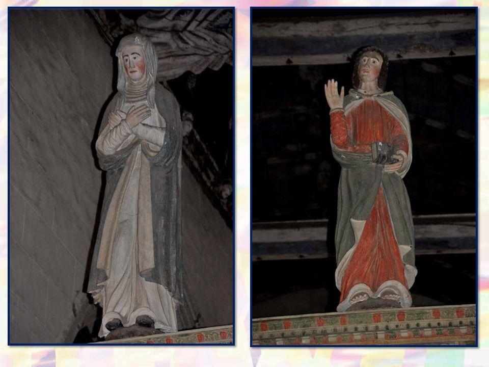Bien entendu, la poutre supé- rieure du jubé supporte tradi- tionnellement le Christ en croix, entouré de Marie et de Jean.