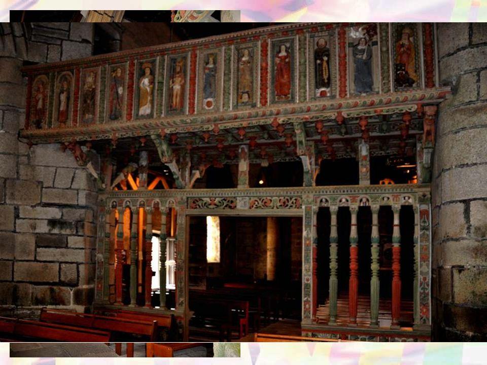 Les voûtes lambrissées comportent des sablières et poutres sculptées de scènes de la vie quotidienne (1559-1561).