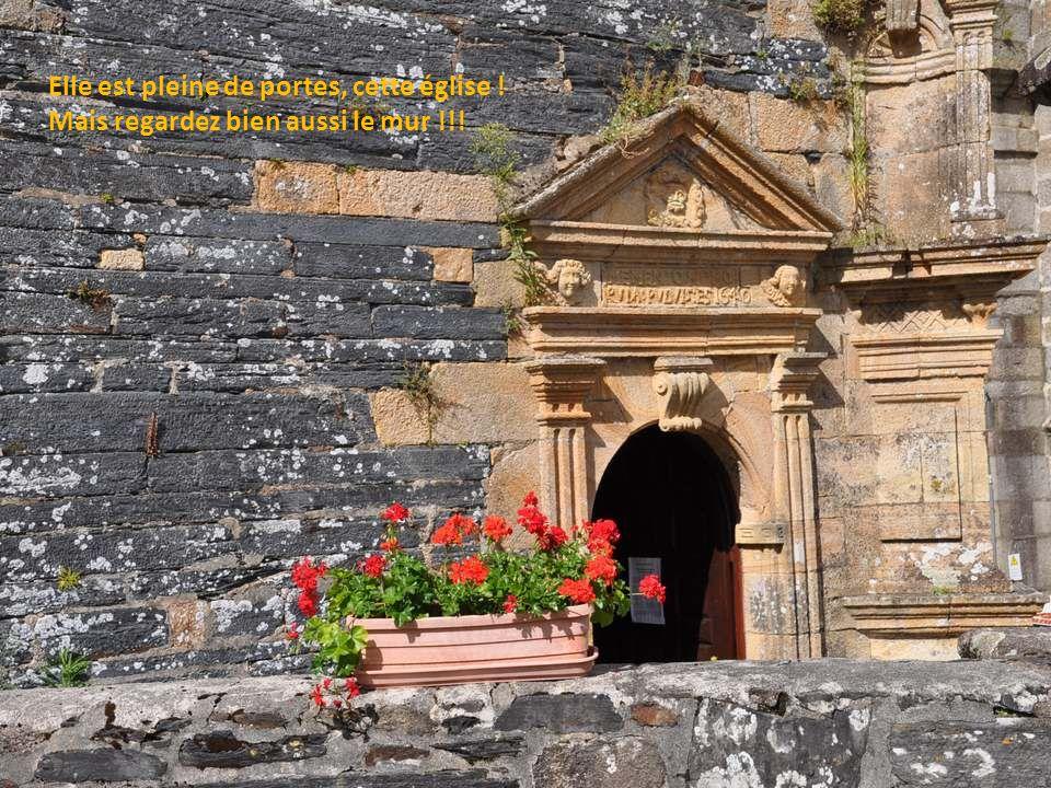 Elle est pleine de portes, cette église ! Mais regardez bien aussi le mur !!!