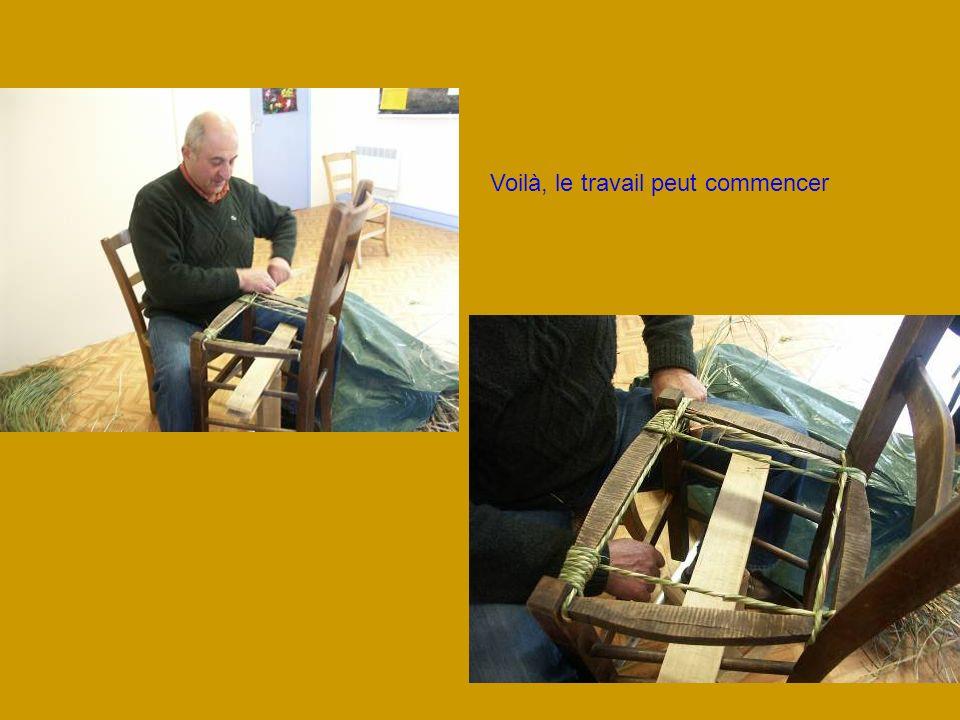 Un dispositif astucieux pour faire tourner la chaise lors du rempaillage
