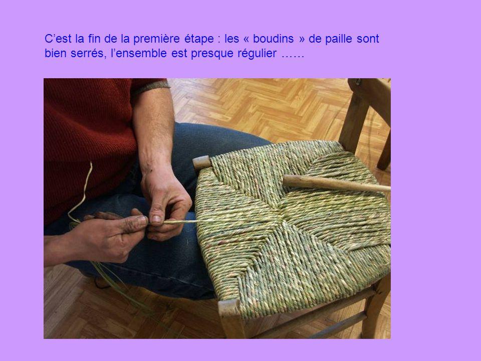 En cours de rempaillage, il faut régulièrement tasser la paille pour que le « tissage » soit bien serré.