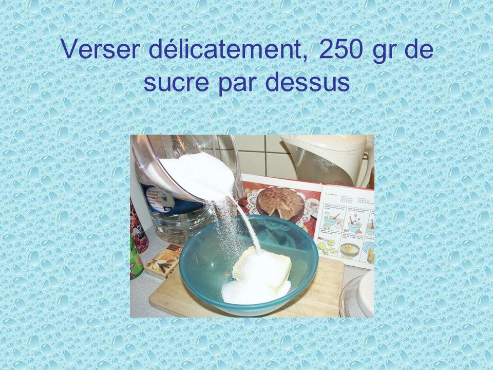 Verser délicatement, 250 gr de sucre par dessus