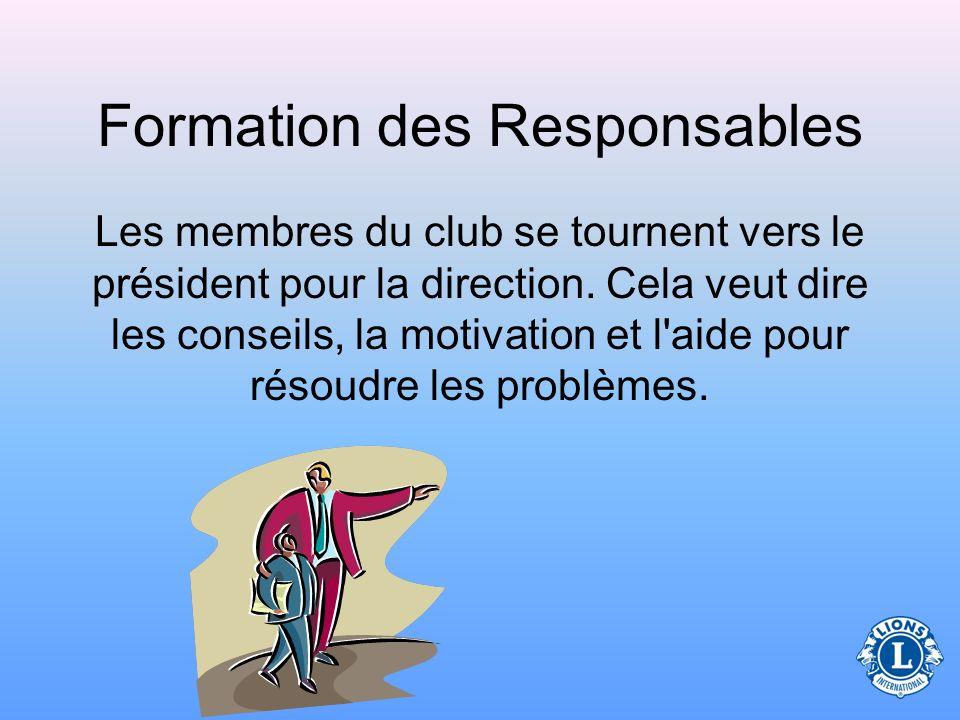 Formation des Responsables Les membres du club se tournent vers le président pour la direction.