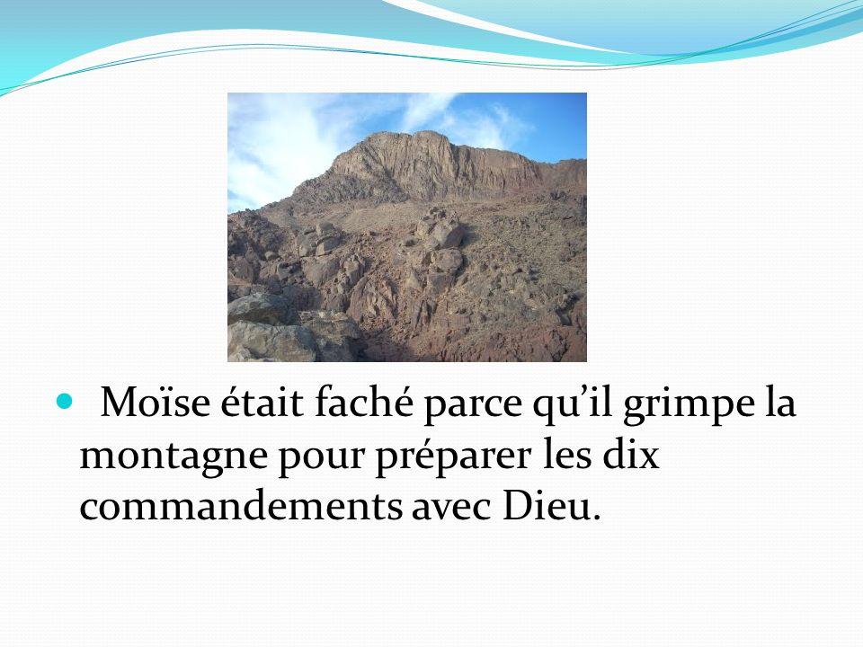 Moïse était faché parce quil grimpe la montagne pour préparer les dix commandements avec Dieu.