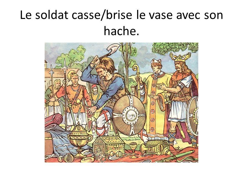 Le soldat casse/brise le vase avec son hache.