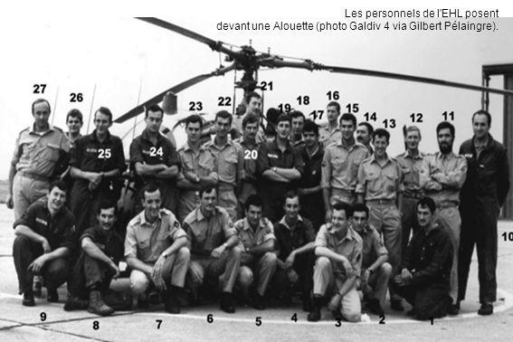 Les personnels de l'EHL posent devant une Alouette (photo Galdiv 4 via Gilbert Pélaingre).