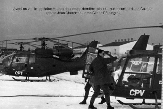 Avant un vol, le capitaine Malbos donne une dernière retouche sur le cockpit d'une Gazelle (photo Jean Chaussepied via Gilbert Pélaingre).