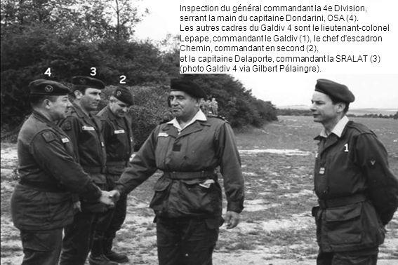 Inspection du général commandant la 4e Division, serrant la main du capitaine Dondarini, OSA (4). Les autres cadres du Galdiv 4 sont le lieutenant-col