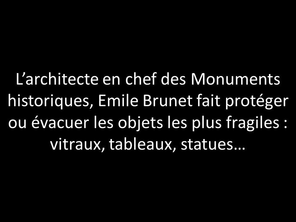 Larchitecte en chef des Monuments historiques, Emile Brunet fait protéger ou évacuer les objets les plus fragiles : vitraux, tableaux, statues…