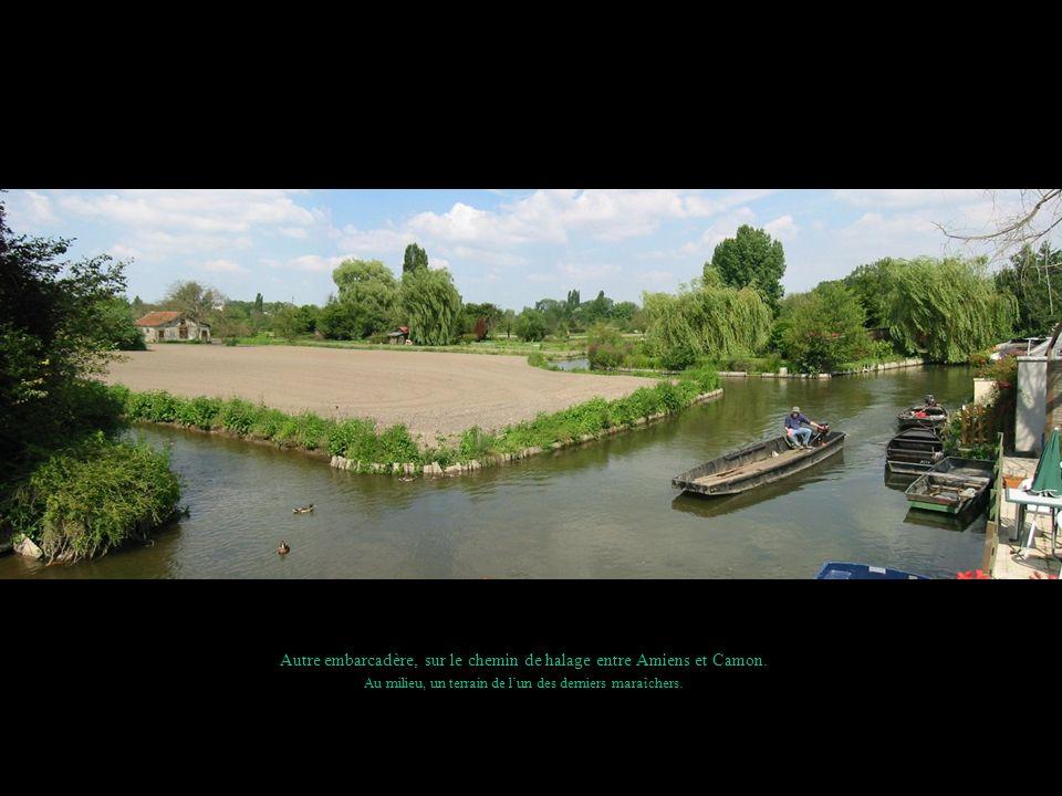 Autre embarcadère, sur le chemin de halage entre Amiens et Camon. Au milieu, un terrain de lun des derniers maraîchers.