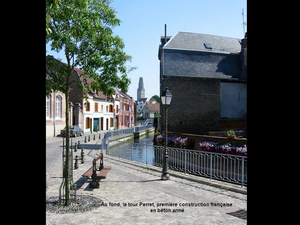 Au fond, la tour Perret, première construction française en béton armé