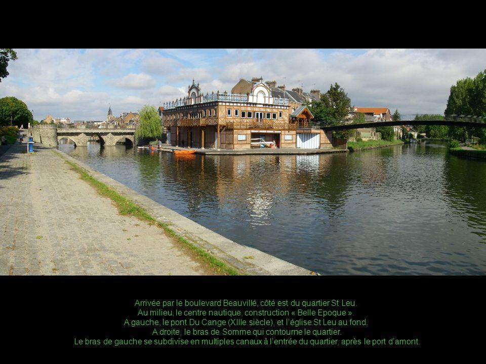 Derrière le pont Du Cange, le port damont, et le quai Bélu à droite En été