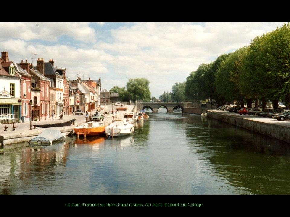 Le port damont vu dans lautre sens. Au fond, le pont Du Cange.