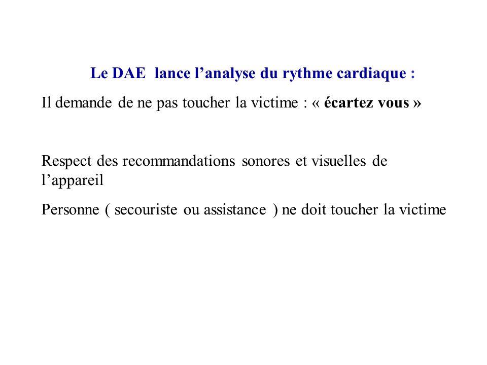 Le DAE lance lanalyse du rythme cardiaque : Il demande de ne pas toucher la victime : « écartez vous » Respect des recommandations sonores et visuelle