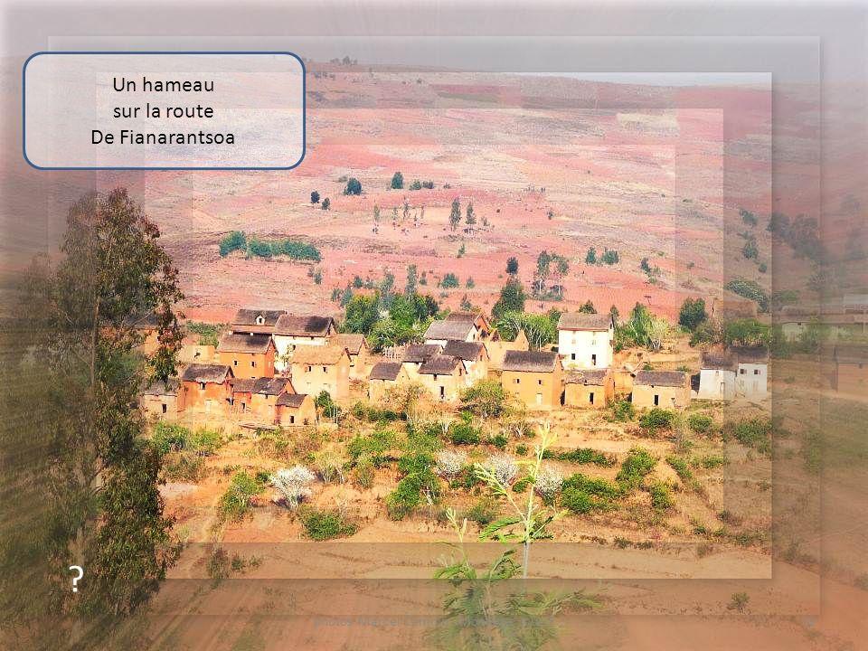 ? Village animé sur la route De Fianarantsoa 31photos Marcel Camoin - Montage: souri7