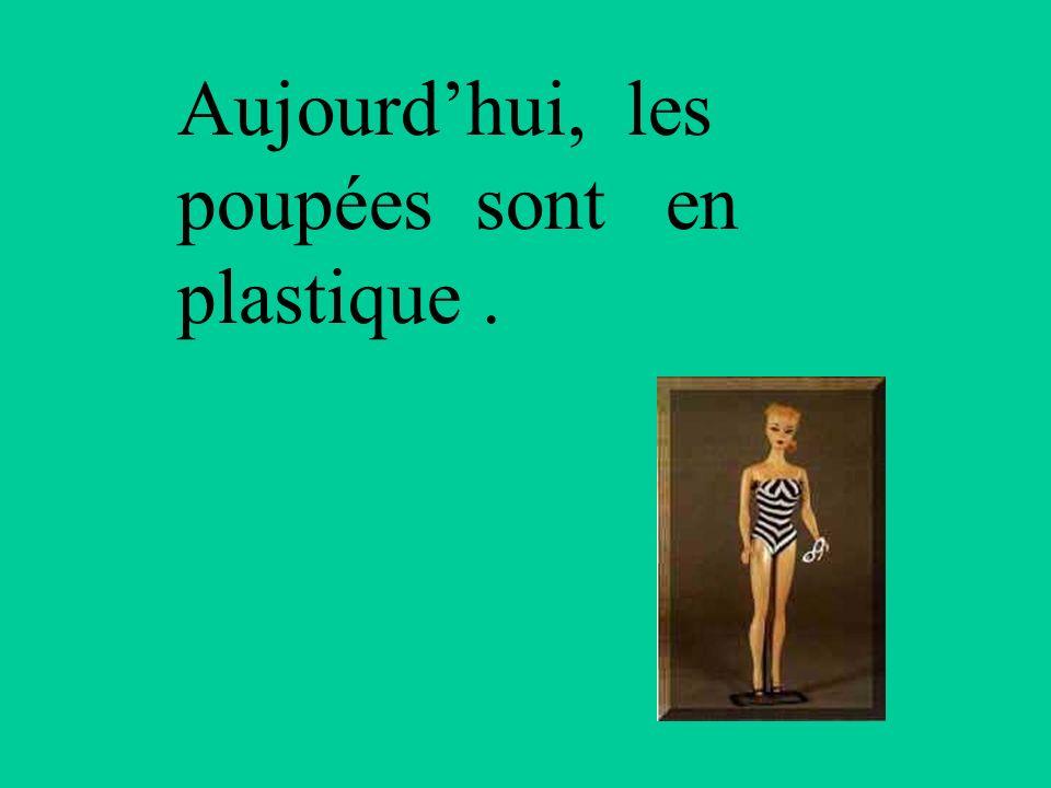 Au 19 ème s, les petites filles modèles avaient des poupées avec la tête en porcelaine et le corps en chiffon.