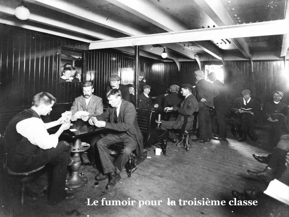 Salle de musique et de lecture troisième classe.