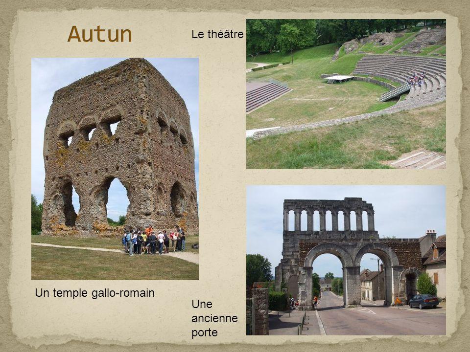 Un temple gallo-romain Une ancienne porte Le théâtre