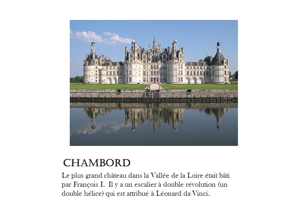 Chambord Le plus grand château dans la Vallée de la Loire était bâti par François I. Il y a un escalier à double révolution (un double hélice) qui est