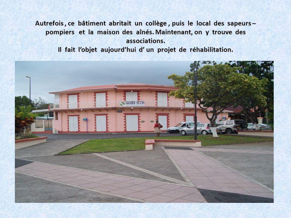 De la place Childéric Trinqueur, nous apercevons la Mairie de Baie-Mahault. Bâtiment très moderne ! La Mairie qui en plus des missions déléguées par l