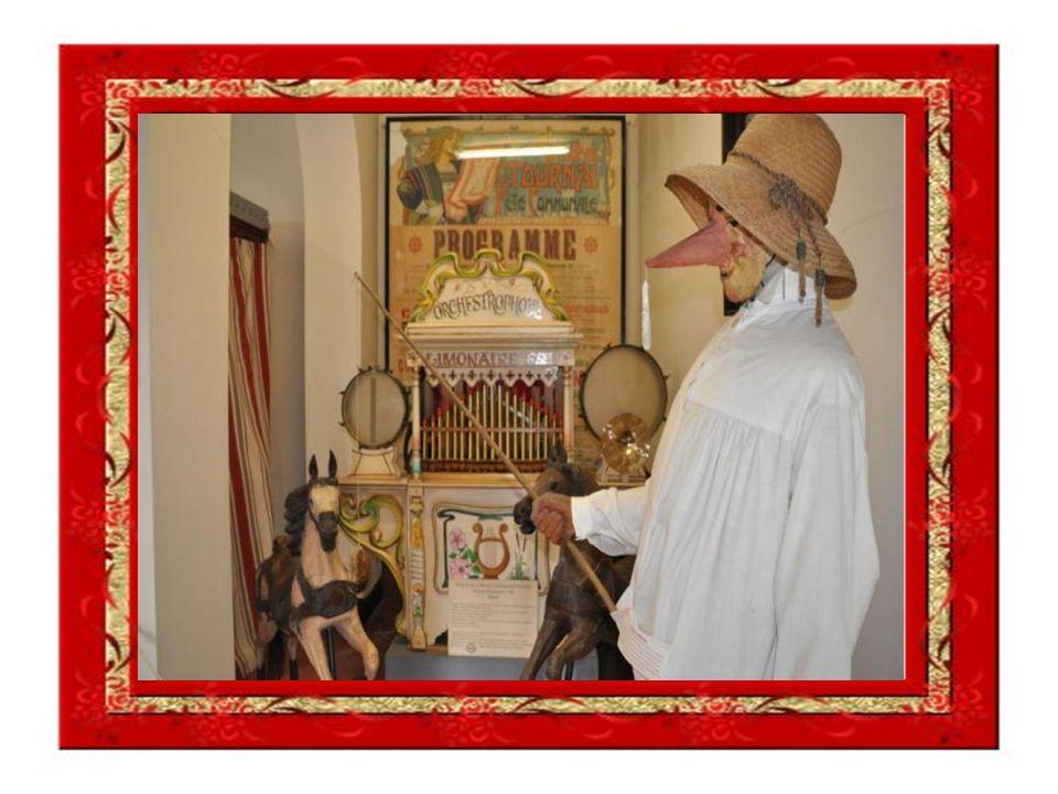 Péqueu à chiréop : Le péqueu tient une perche au bout de laquelle est suspendu un morceau de pain imbibé de sirop.