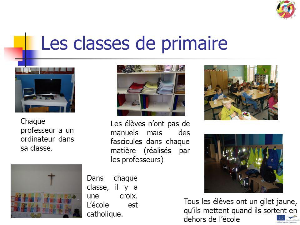 Les classes de primaire Avec des tableaux à craie qui montent et qui descendent pour éviter que la maîtresse ne se baisse et avec des rabats supplémen